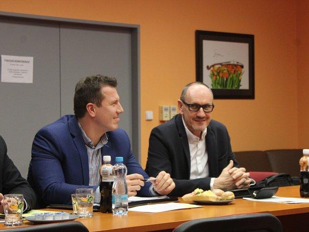 Podle členů uskupení opozičních zastupitelů Osmička Tomáše Navrátila (vlevo) a Romeo Doupala (vpravo) nemá projekt nového bazénu žádné vedení.