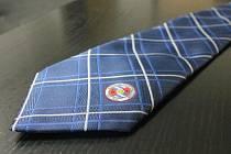 Kravaty se draží v rámci dalšího ročníku Kabelkového veletrhu, který už v pátek 11. listopadu proběhne v Obchodním centru Breda & Weinstein.