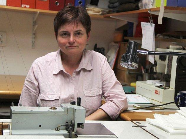 Marie Kardašová jako krejčová pracuje už čtyřicet let. Ikdyž současnost pro ni není vmnoha ohledech vždycky růžová, sama tvrdí, že by neměnila.
