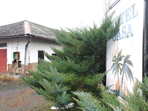 Dřívější sláva motelu Oasa je dnes už dávno zašlá. Rozlehlý areál momentálně chátrá.