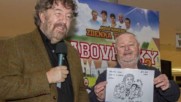 Zdeňek Troška dostal od fanklubu z Malých Hoštic obrázek na památku. Jeho členky přišly na předpremiéru ve fanouškovských modrých trikách.