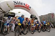 Za účasti českých reprezentantů v běhu na lyžích a bronzových medialistů z letošní zimní olympiády Martina Koukala a Jiřího Magála, odstartoval na Horním náměstí v Opavě v sobotu dopoledne desátý ročník Silesia Merida bike marathonu.