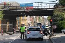 Někteří řidiči i přes řadu cedulí a upozornění zkoušeli své štěstí a snažili se pod viaduktem projet.