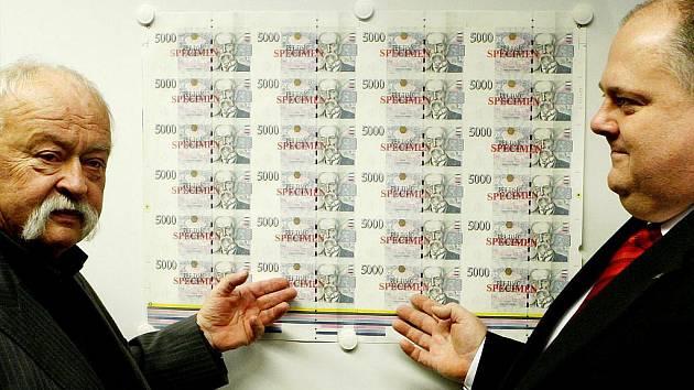 S autorem českých bankovek Oldřichem Kulhánkem (na snímku vlevo) se můžete seznámit na nové výstavě v Hradci nad Moravicí.