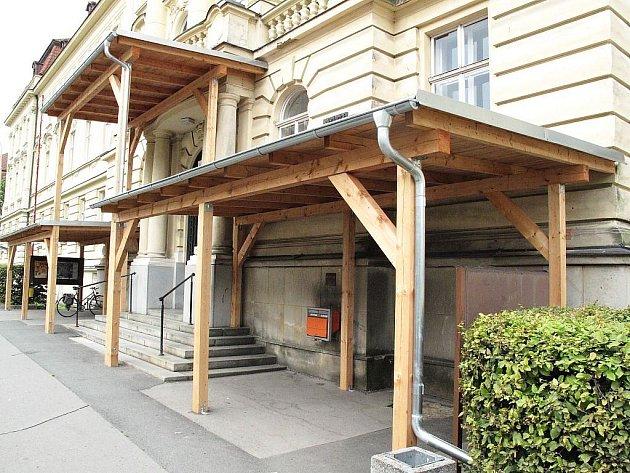 Tento přístřešek hyzdí vchod do budovy Slezské univerzity na Bezručově náměstí.