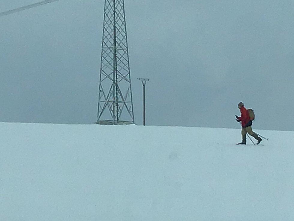 Zima na Opavsku a Vítkovsku. Běžkař před Moravici