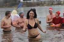 Voda, do které se otužilci vydali, měla na Štědrý den tři stupně Celsia.
