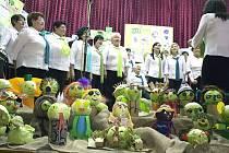 Ženský pěvecký sbor Otice při vystoupení v průběhu Zelných slavností. V popředí si všimněte výzdoby z hlávek zelí.