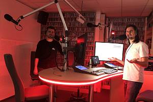 Vojtěch Tkáč (vlevo) se Zdeňkem Lichnovským (vpravo) ve studiu Radia 1.