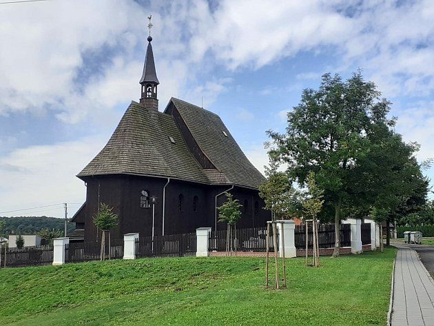 Dřevěný kostel sv. Petra a Pavla vHněvošicích.