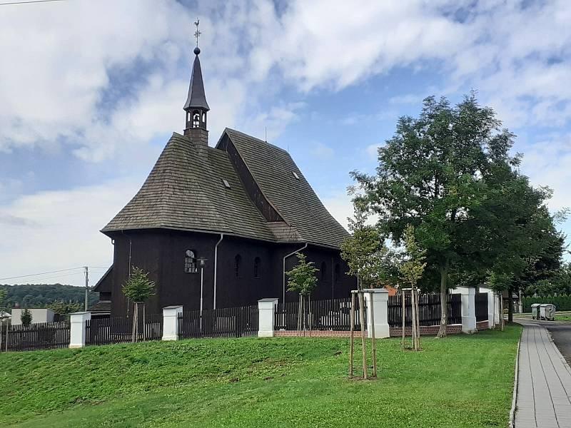 Dřevěný kostel sv. Petra a Pavla v Hněvošicích.