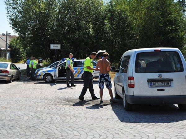 Policejní kontrola automobilů jedoucích do Vítkova, zda nepřeváží zbraně a jiné nebezpečné věci.