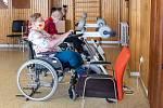 Personál a obyvatelé Centra sociálních služeb (CSS) Hrabyně, kde žije 170 těžce tělesně postižených lidí.