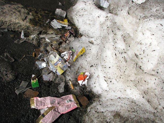 PET lahve, papírky, sáčky, krabičky od cigaret, nedopalky, střepy a psí výkaly. To je jen zlomek toho, co v těchto dnech odkryl sníh v ulicích Opavy.
