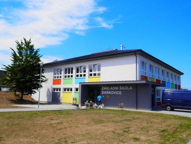 Nová škola se žákům slavnostně otevře 1. září.