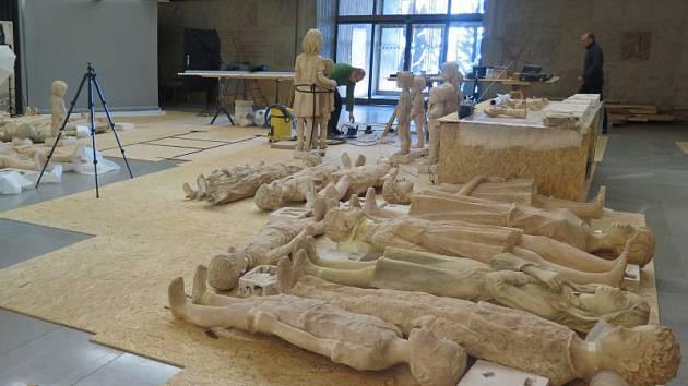 Na jednotlivých dětských sochách v útrobách hrabyňského památníku momentálně pracuje tým známého restaurátora Tomáše Skalíka.