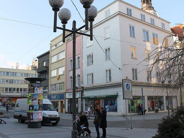 Hláska se za bývalého vedení snažila tyto dva domy prodat kravařské podnikatelce Nikol Hadamczikové. Nepochodila.