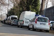 Desítky policejních vozidel a spousta policistů. Tak to v úterý dopoledne vypadalo v blízkosti fotbalového stadionu v Městských sadech.