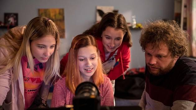 Tereza Těžká (sedící na snímku uprostřed) při natáčení dokumentu V síti ztvárnila dvanáctiletou školačku.
