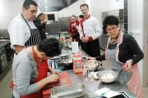 """Účastníci kurzu italské kuchyně si sice někdy pořádně """"mákli"""", ale výsledek rozhodně stál za to."""