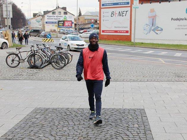 Středeční dopolední trénink fotbalistů Slezského FC Opava měl zajímavé vyústění, které nakonec skončilo vyběhnutí mladšího osazenstva kabiny do OC Breda a to vplné polní. Skupinu oděnou do rozlišovacích dresů a kopaček vedl Dominik Simerský.
