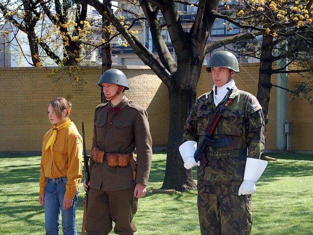 Při odhalování pomníku československým jednotkám na náměstí Osvoboditelů stáli na čestné stráži také příslušníci skautů.