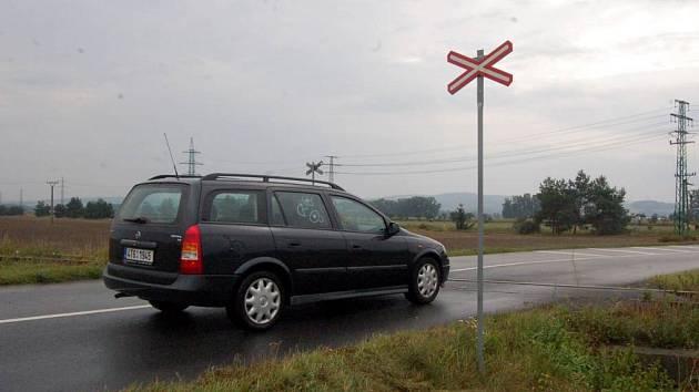 Přejezd u Otic. Zastavíte či alespoň zpomalíte před přejezdy bez závor?