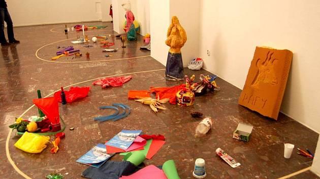 Pomoc při výstavách přicházela z řad účastníků, kteří se na nich podíleli tak, že přinesli různé předměty. Výsledek na konci prvního dne.