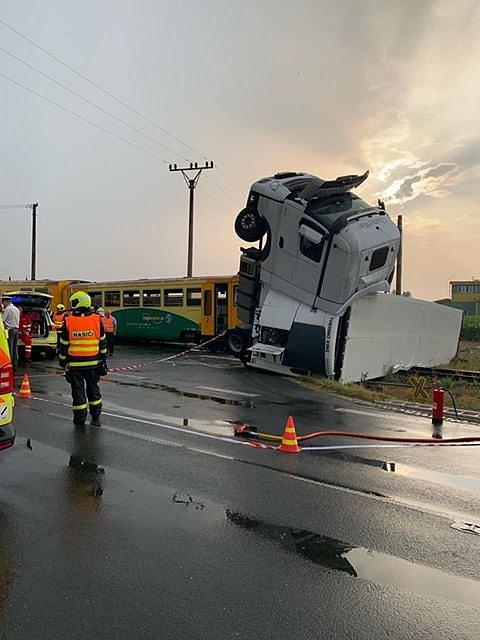 Následky srážky osobního vlaku s kamionem u obce Otice-Rybníčky.