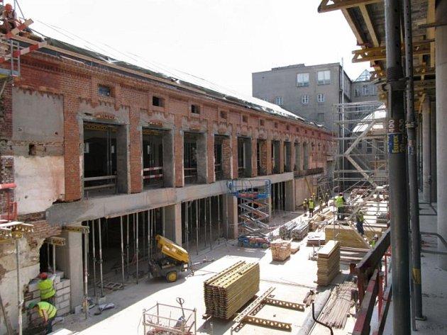 Stavební práce na vybudování společensko obchodního centra Breda & Weinstein jsou v plném proudu a skelet rozsáhlého objektu roste přímo před očima.