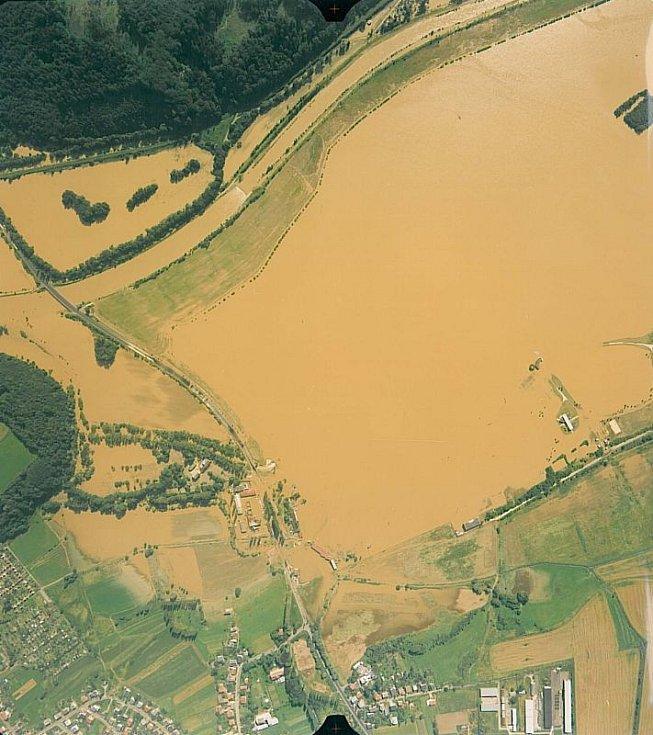 Povodňová vlna protrhla hráze řeky Opavy, která se spojila s vodou z Hlučínského jezera. Okolí Hlučína se tak změnilo v jednu velkou vodní plochu.