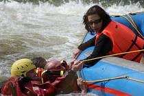 Vodní záchranář Vít Pavelek (ve žluté přilbě) z Petřvaldu zachraňuje za pomoci dalších vodáků zpod žimrovického splavu jednoho z členů posádky kánoe, která se zde převrhla. Stalo se tak uplynulou neděli okolo třetí hodiny odpolední během sjezdu Moravice.