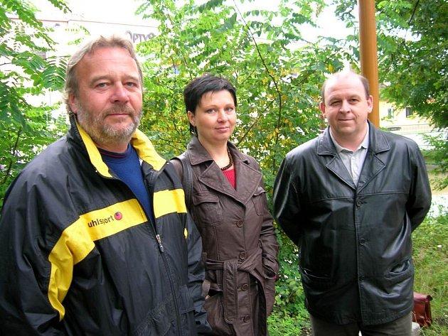 Nesouhlasíme. Pavel Schneider (vlevo), Martina Dubová a Aleš Rucki z Březové nesouhlasí s tím, jak obec řeší problém s umístěním větrných elektráren.