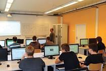 Špičková technická laboratoř počítačových sítí podstatně zvyšuje úroveň výuky.