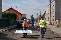 Ulici, kde se dosud podle místních proháněly kromě aut i kamiony, budou nyní vládnout jen stavební dělníci.