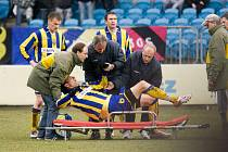 Pouze osmnáct minut vydržel v sobotním zápase na trávníku opavský stoper Dušan Půda. Po jednom ze soubojů byl z hřiště odnesen na nosítkách.