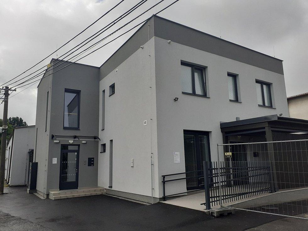 V opravené správní budově jsou startovací byty a zdravotní středisko.