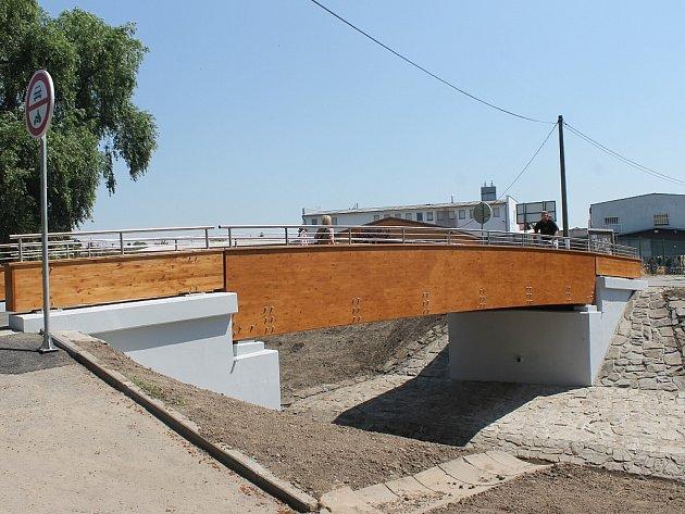 Nová lávka přes Plšťský potok u Minervy je už plně v provozu.