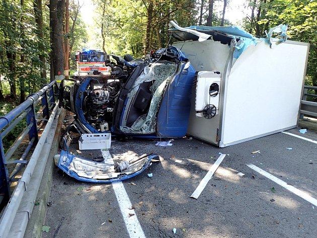 Převrácený náklaďák zablokoval silnici ze Skřipova do Staré Vsi.