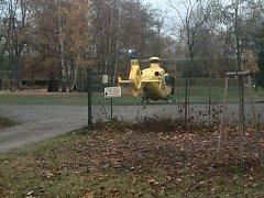 Na místo musel vzlétnout také vrtulník s leteckými záchranáři.
