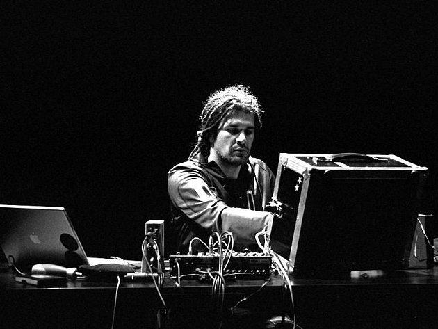 Mistr experimentální a improvizované hudby z Polska Robert Piotrowicz.