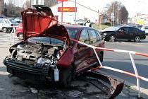 Při pohledu na zdemolovaný vůz Škoda Fabia se ani nechce věřit, že řidič si po havárce stěžoval jen na pohmožděné rameno.