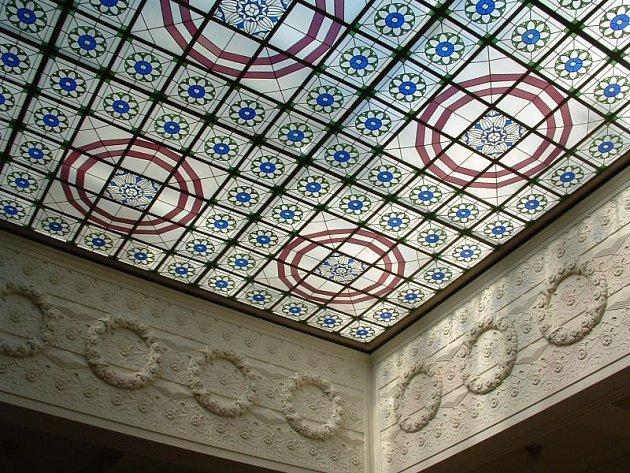 Vitrážový strop, chlouba opavské Knihovny Petra Bezruče, od konce června prochází renovací.