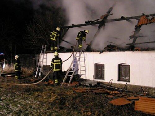 Požár střechy, podkroví a garáže rodinného domku vMoravici.