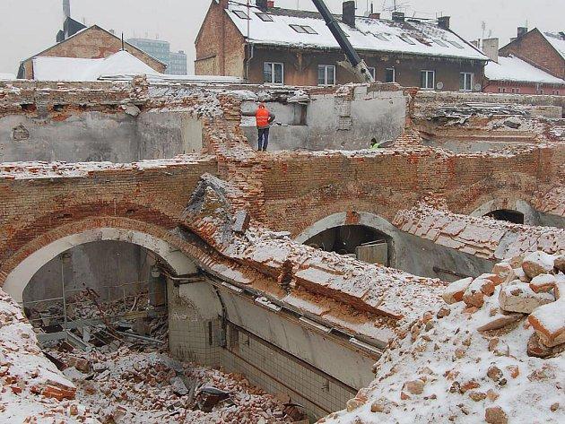 Odkryté podzemí, hromady sutin, těžké bagry. To je dnes nádvoří bývalého opavského pivovaru. Stará zástavba musí udělat místo pro plánované obchodní a společenské centrum Breda& Weinstein, které chce začít stavět developerská společnost Develon cz, s.r.o.