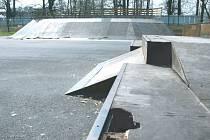 Nebezpečné překážky zmizí z in-line hřiště u haly TJ Lokomotivy Krnov v Kostelci, a do konce roku zmizí toto hřiště úplně.