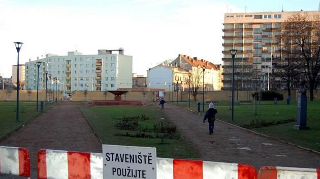 Nepoužitelné mlatové chodníky. Firma Sates Morava se bránila, teď zarytě mlčí.