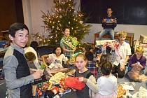 Děti měly z vánočních dárků obrovskou radost.