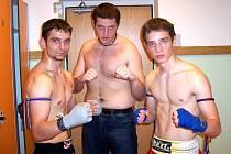 Úspěšní thaiboxeři z Opavy. Zleva Jakub Štencl, Matěj Malota a Adam Ospalík.