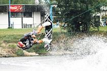 Jan Miketa na wakeboardovém prkně.